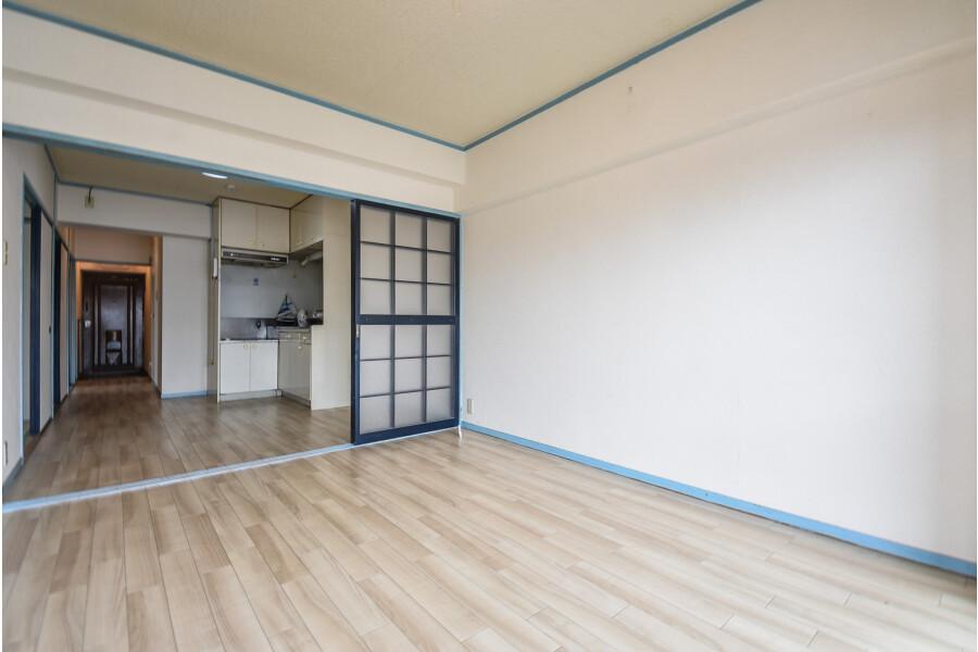 4DK Apartment to Rent in Osaka-shi Kita-ku Living Room