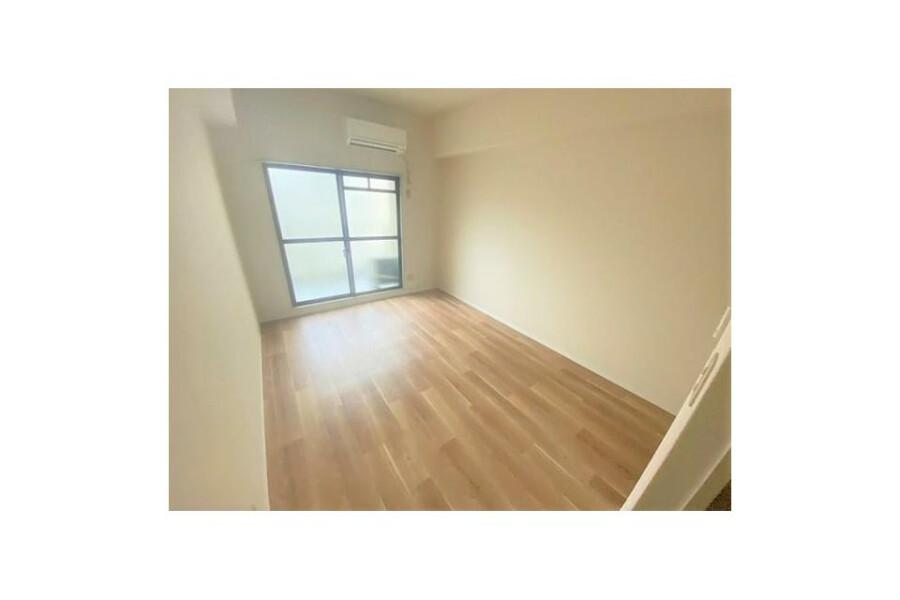 1R Apartment to Buy in Osaka-shi Higashiyodogawa-ku Living Room