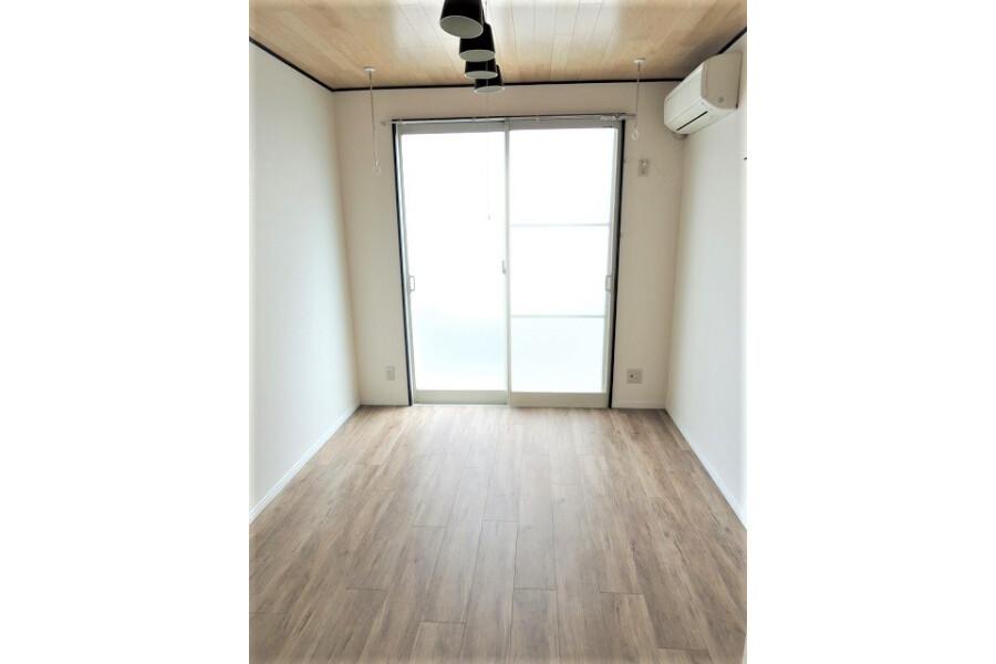 1K Apartment to Rent in Kawasaki-shi Takatsu-ku Living Room